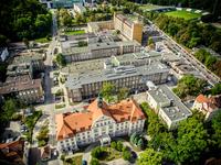 Widok na Gdański Uniwersytet Medyczny i Uniwersyteckie Centrum Kliniczne z lotu ptaka