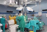 Zajęcia dydaktyczne na sali operacyjnej (studenci w żółtych ubraniach)